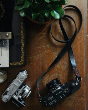 สายคล้องกล้องหนัง TAP&DYE Classic Black-Red