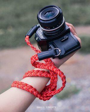สายคล้องกล้อง Small Liberty Red White