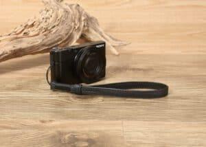 สายคล้องมือกล้องแบบปลายเชือก Tusk Style สีดำ